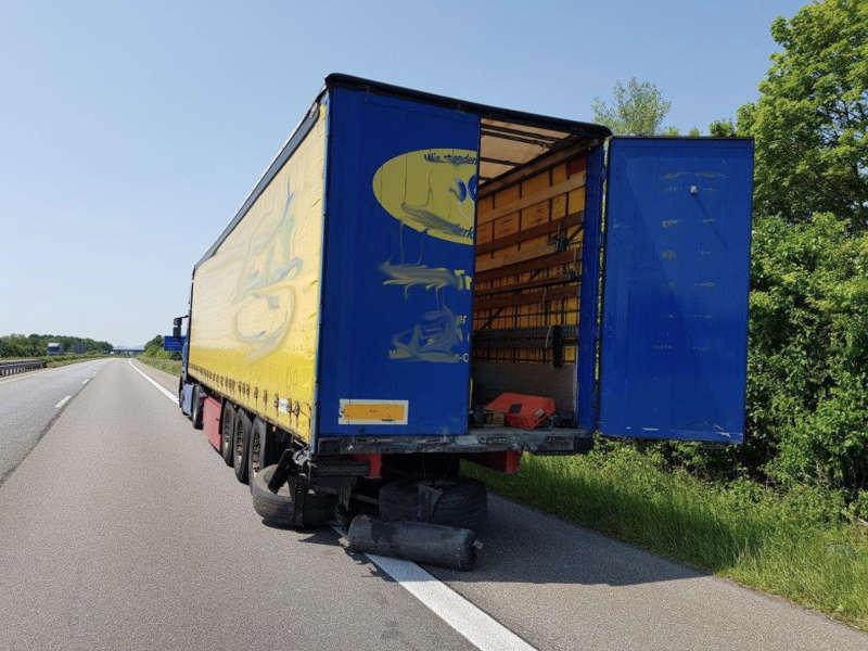 Der LKW, auf den der Audi auffuhr (Foto: Feuerwehr Neustadt)