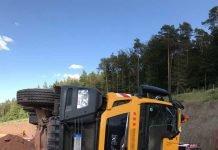 Mackenbach: Lkw kippt um - Fahrer schwer verletzt © Polizei RLP