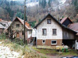 Der Bereich der neudefinierten Elmsteiner Denkmalzone mit den Gebäuden der Mahlmühle, Wappenschmiede und den nunmehr verkauften Häusern aus der Zeit um 1900, ursprünglich durch Jakob Haag erbaut (von links nach rechts, Foto: Benno Münch)