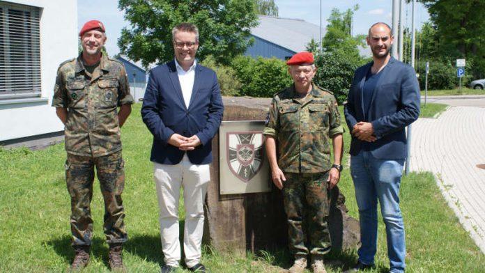 v.l.: Oberst i.G. Saalow, Dr. Lindner, Kommandeur Oberst Schiff und Dr. Bayaz (Foto: Bundeswehr)