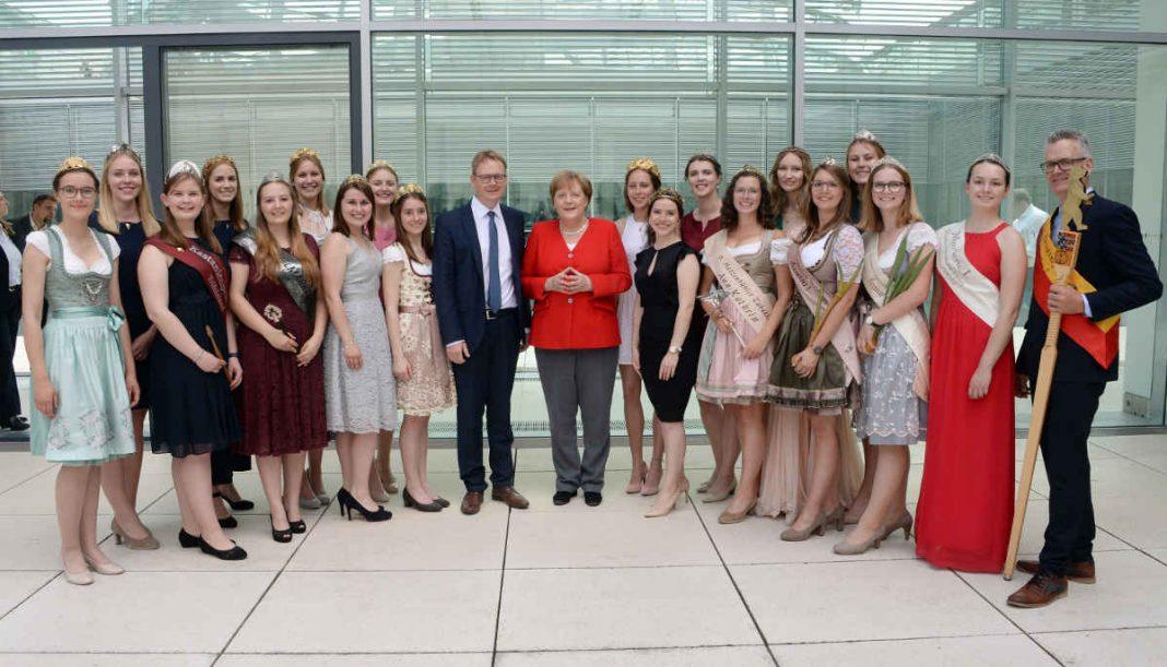 Die Hoheiten zusammen mit Angela Merkel und Thomas Gebhart. (Foto: Achim Melde)
