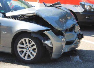 Der vorne stark zerknitterte silberne BMW. (Foto: Polizei RLP)