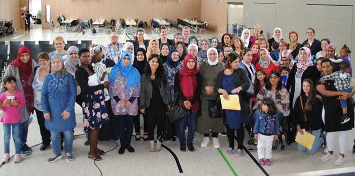Gruppenbild der Damen – Teilnehmerinnen mit Kindern, Referentinnen und Organisatorinnen der Abschlusstagung auf einem Bild vereint.