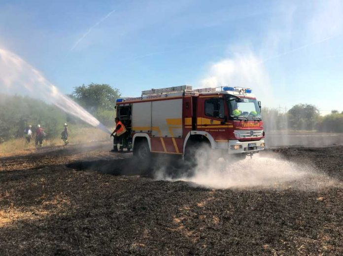 Tanklöschfahrzeug mit speziellen Bodenschutzdüsen der Feuerwehr Viernheim, zur großflächigen Bewässerung auf dem abgebrannten Feld eingesetzt © Feuerwehr Weinheim