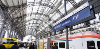 Flirt und VT-VS 2E Frankfurt Hauptbahnhof (Foto: RMV/Jana Kay)
