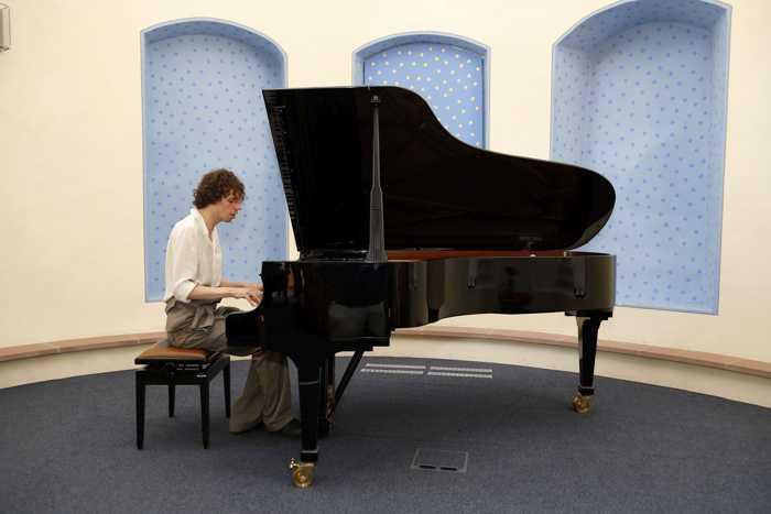 Gastkünstler Johannes Frick überzeugte mit Stimme und Klavier