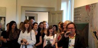 Wolfgang Glass begrüßt unge KünstlerInnen in der Villa Böhm (Foto: Kunstverein Neustadt)