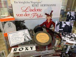 Die interessanten Exponate lassen das Neustadter Film- und Theatergeschehen aus vergangenen Tagen wieder lebendig werden. (Foto: Rolf Schädler)