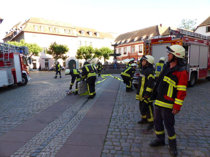 Die Feuerwehr auf dem Marktplatz (Foto: Feuerwehr Neustadt)