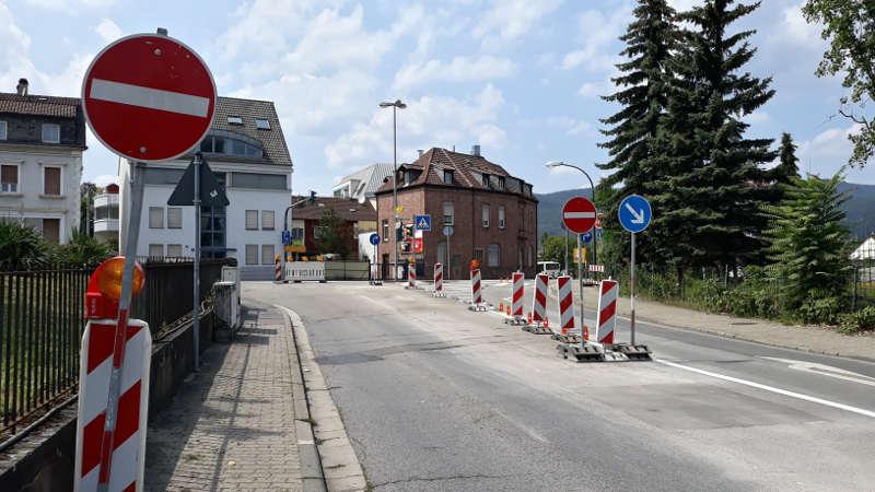 """Die provisorisch aufgestellten Schilder werden zeitnah noch """"fest"""" montiert. (Foto: Stadtverwaltung Neustadt)"""