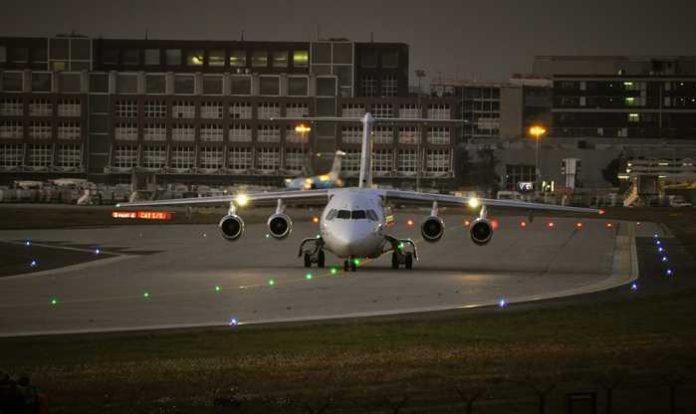 Symbolbild, Flug, Flughafen, Frankfurt, Flugzeug, Startbahn, Dämmerung © Mr_Worker on Pixabay