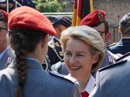 Dr. Ursula von der Leyen bei einem Gelöbnis auf dem Hambacher Schloss (Foto: Holger Knecht)
