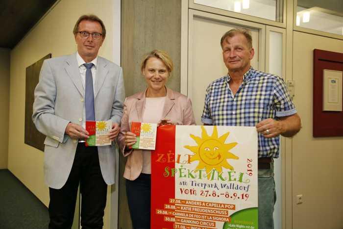 Das Zeltspektakel kann kommen: Bürgermeisterin Christiane Staab, Erster Beigeordneter Otto Steinmann und Jürgen Vogel (re.) mit Programmheften und Plakat (Foto: Pfeifer)