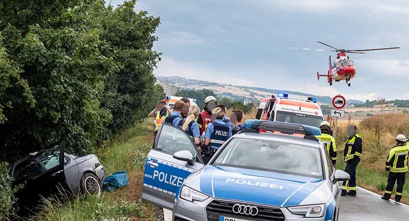 Der PKW prallte gegen einen Baum (Foto: Helmut Dell)