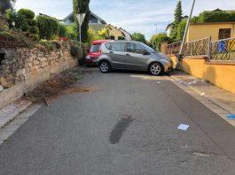 Die Frau wurde zwischen der Fahrzeugfront und einer Straßenlaterne eingeklemmt und verstarb noch an der Unfallstelle (Foto: Polizei RLP)