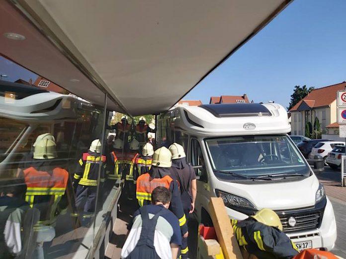 Die Feuerwehr befreite das feststeckende Wohnmobil (Foto: Feuerwehr Haßloch)