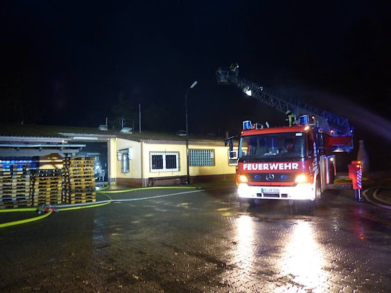 Durch den Brand wurde das Dach beschädigt (Foto: Feuerwehr Neustadt)