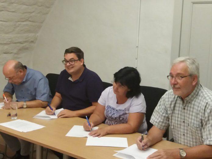 Mitglieder der FWG und SPD bei der Vertragsunterzeichnung (Foto: FWG Lambrecht)