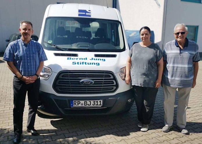 Bernd-Jung-Stiftung Geschäftsführer Harald Stark, Carolyn de Giorgi (Geschäftsführerin Benerius GmbH) und Vorstandsvorsitzender Bernd Jung mit dem neuen Bus der Stiftung (Foto: Bernd-Jung-Stiftung)