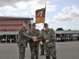 Bekräftigung der Übergabe mit Handschlag (Foto: Bundeswehr/Frank Wiedemann)