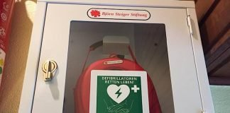 Der AED in der Wolfschluchthütte (Foto: PWV Esthal)