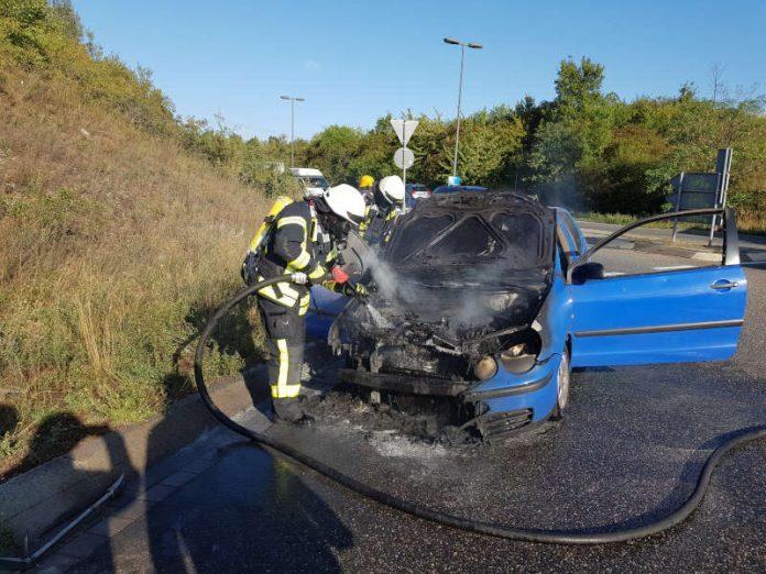 An dem VW Polo entstand wirtschaftlicher Totalschaden (Foto: Feuerwehr Neustadt)