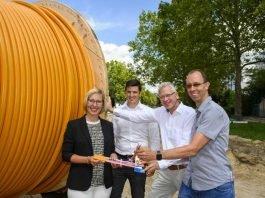 Gemeinsamer Kick-off für Glasfaser: v. l. OB Stefanie Seiler (Stadt Speyer), Projektleiter Georg Weyrich (SWS), Geschäftsführer Wolfgang Bühring (SWS) und Techniker Stephan Rosenow (SWS) - Foto: SWS