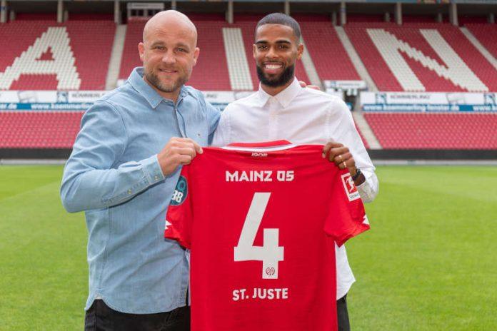 05-Sportvorstand Rouven Schröder (links) und Neuzugang Jeremiah St. Juste mit Trikot (Foto: rscp/Mainz 05)