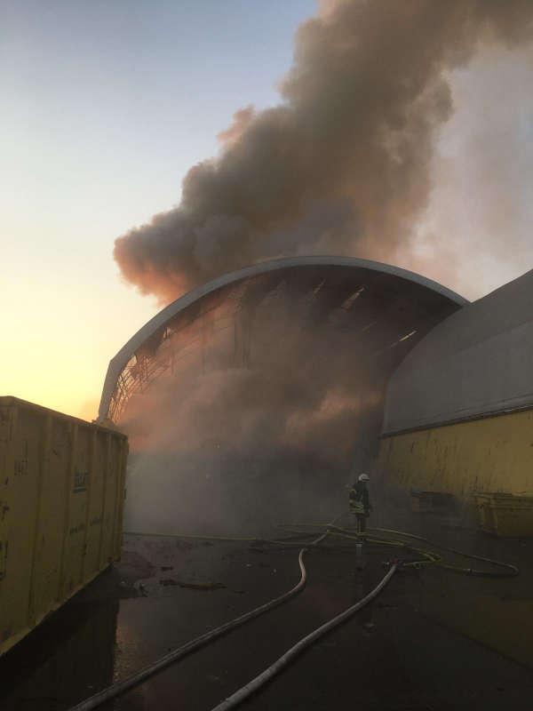 Wertstoffmüll brannte in einer der dortigen Freilufthallen. (Foto: Feuerwehr Rhein-Pfalz-Kreis)