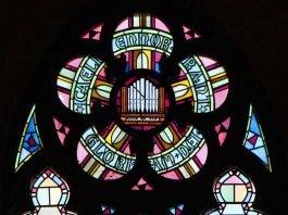 Kirchenfenster der Marienkirche mit Motiven zur Kirchenmusik (Foto: Monika Schappert)