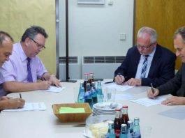Unterzeichnen die Vereinbarung im Krisenzentrum Limburgerhof: Dr. Fritz Brechtel, Clemens Körner, Hans-Ulrich Ihlenfeld und Dietmar Seefeldt (Foto: Kreisverwaltung Bad Dürkheim)