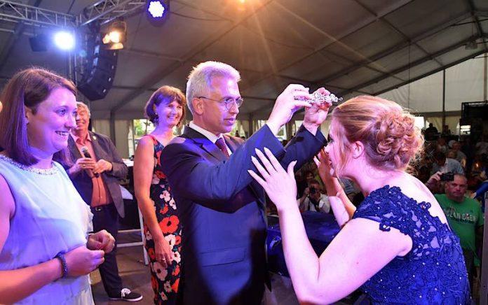 Oberbürgermeister Peter Feldmann kürt die neue Apfelweinkönigin Sissy I (Foto: Rainer Rüffer)