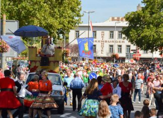 Buntes Treiben beim Winzerfestumzug (Foto: Archiv Stadt Bingen)