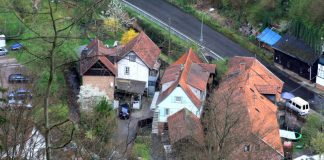 Die Wappenschmiede in der Mitte mit dem angebauten Holzschuppen der Sägemühle. Das gesamte Mühlenensemble genießt inzwischen Denkmalschutz. (Foto: Benno Münch)