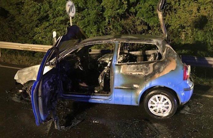 Der verursachende Pkw geriet in Brand und brannte vollständig aus. (Foto: Polizei RLP)