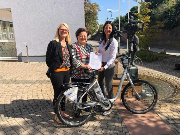 Große Freude über den Zuwendungsbescheid (v.l.): Klimaschutzmanagerin Bärbel Domanetzki, Anita Schäfer MdB und Bürgermeisterin Anja Pfeiffer