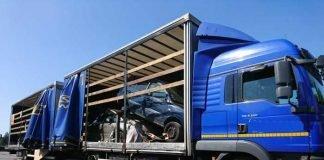 LKW hat Schrottfahrzeuge geladen