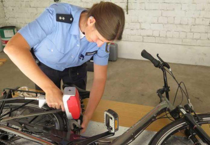 Polizeioberkommissarin Karina Kohnert codierte am Mittwoch in Friedberg die Fahrräder