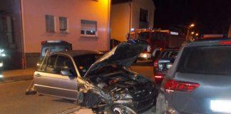 Der BMW kam von der Fahrbahn ab und kollidierte mit einem geparkten Pkw, der auf zwei weitere Fahrzeuge geschoben wurde (Foto: Polizei RLP)