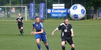 Junge Fußballerinnen bei einem Turnier in Karlsruher (Foto: Hannes Blank)