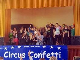Abschlussfoto auf der Bühne in der Grundschulsporthalle Lambrecht