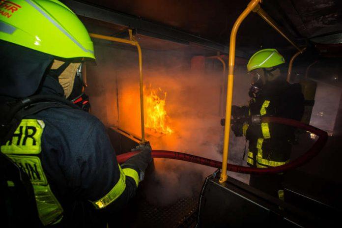 Feuerwehr bei der Brandbekämpfung (Foto: Feuerwehr Frankfurt)