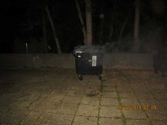 Qualmende Mülltonne auf dem Hof des Gymnasiums