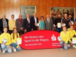 Preisübergabe an die Gewinner des Fair-Play-Wettbewerbes bei der Sparkasse Rhein-Haardt (Foto: Sparkasse Rhein-Haardt)