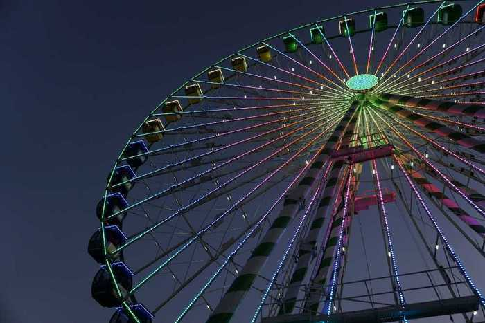Symbolbild, Fest, Riesenrad, Gondeln, Dunkelheit, Jahrmarkt, Volksfest, Kirmes, Rummel © FireDisk on Pixabay