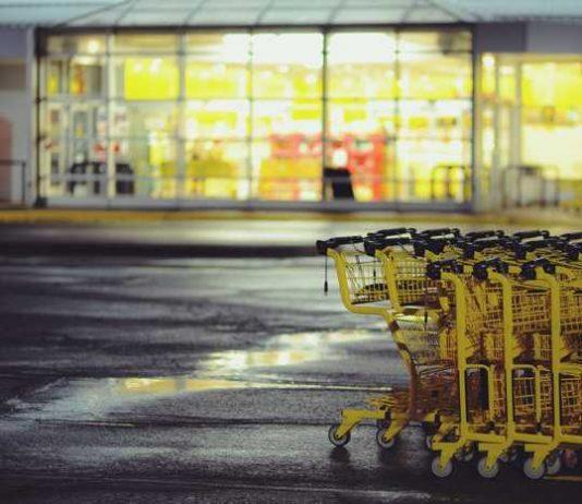 Symbolbild, Parkplatz, Supermarkt, gelbe Einkaufswagen, Nachts, beleuchtet (pxhere)