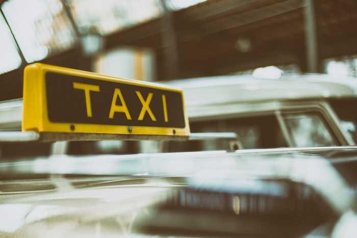 Symbolbild, Taxi, Schild, Autos verwischt © Pexels on Pixabay