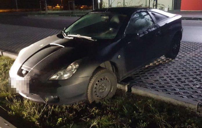 Der Mann fuhr er über die Parkplatzbegrenzung und blieb hängen (Foto; Polizei RLP)