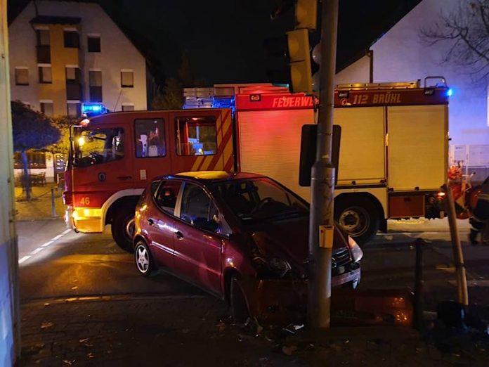 Der PKW fuhr gegen eine Ampel (Foto: Feuerwehr Brühl)