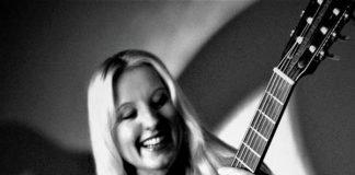 Claudia Pohel mit Gitarre